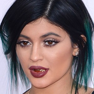 Kylie Jenner Wore Green Hair and Grills to the AMAs